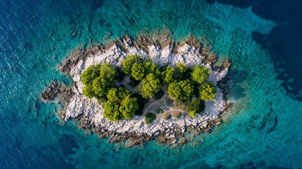 Schöner Anblick einer kroatischen Insel.